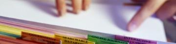 Imagem de um folha e um dedo apontando