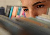Imagem de rosto por trás de livros